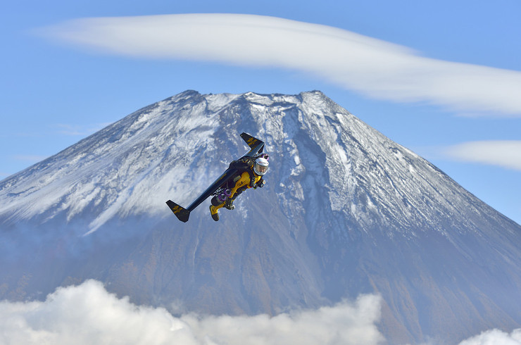 """Swiss daredevil Yves """"Jetman"""" Rossy conquers Mount Fuji"""
